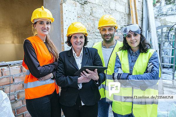 Porträt von drei Frauen und einem Mann auf der Baustelle