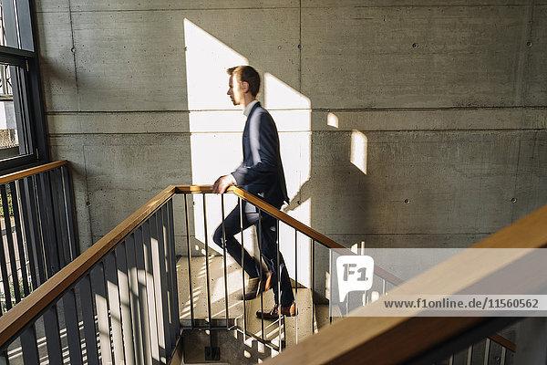 Geschäftsmann beim Treppensteigen