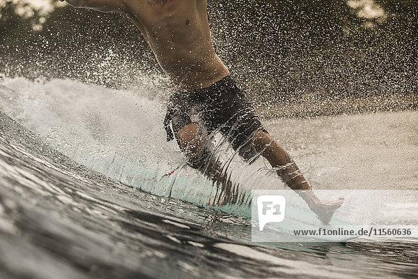 Indonesien  Java  Nahaufnahme des Surfens von Männern