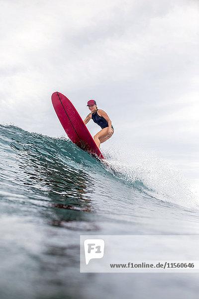 Indonesien  Java  Frau beim Surfen