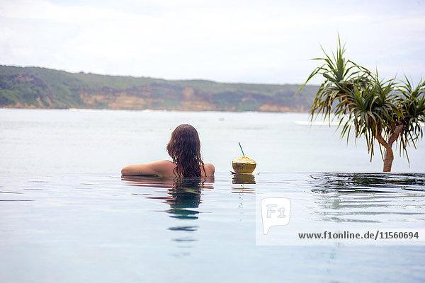 Indonesien  Insel Lombok  Frau im unendlichen Pool