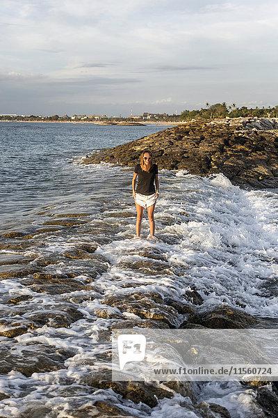 Indonesien  Bali  Frau im Meer stehend