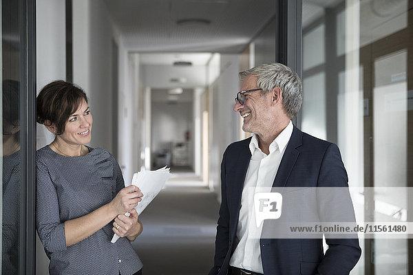 Lächelnder Geschäftsmann und Geschäftsfrau im Amt