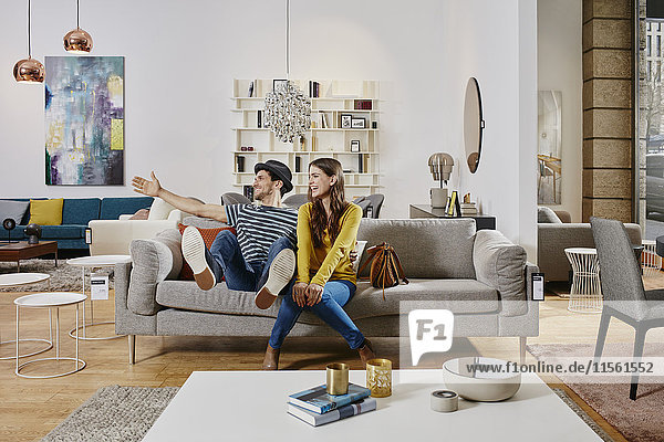 Paar im modernen Möbelhaus Testliege  glücklich sein Paar im modernen Möbelhaus Testliege, glücklich sein