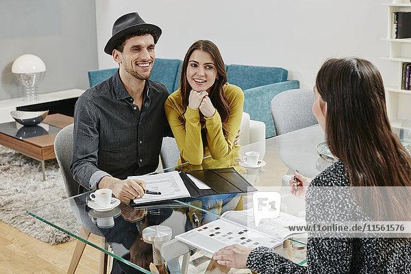 Paare unterzeichnen Kaufvertrag im Möbelhaus Paare unterzeichnen Kaufvertrag im Möbelhaus