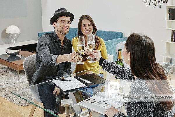Paar feiert Kaufvertrag im Möbelhaus Paar feiert Kaufvertrag im Möbelhaus