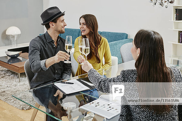 Paar feiert Kaufvertrag im Möbelhaus