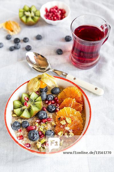 Superfood-Frühstück mit Brei  Amaranth  verschiedenen Früchten und Pistazien Superfood-Frühstück mit Brei, Amaranth, verschiedenen Früchten und Pistazien