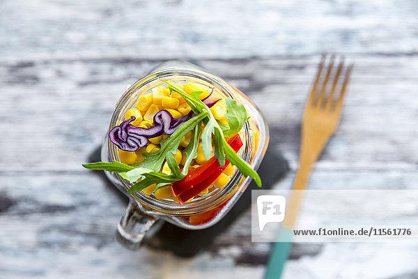 Glas Regenbogensalat mit Bulgur  Rucola und verschiedenen Gemüsen