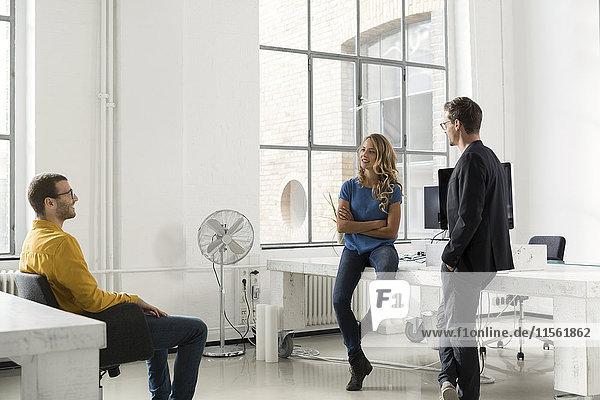 Kollegen bei einer Besprechung im Büro