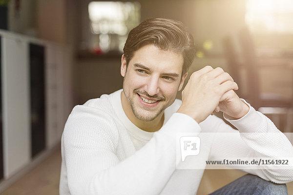 Porträt eines lächelnden Mannes zu Hause