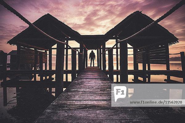 Italien  Mann am Pier bei Sonnenuntergang Italien, Mann am Pier bei Sonnenuntergang