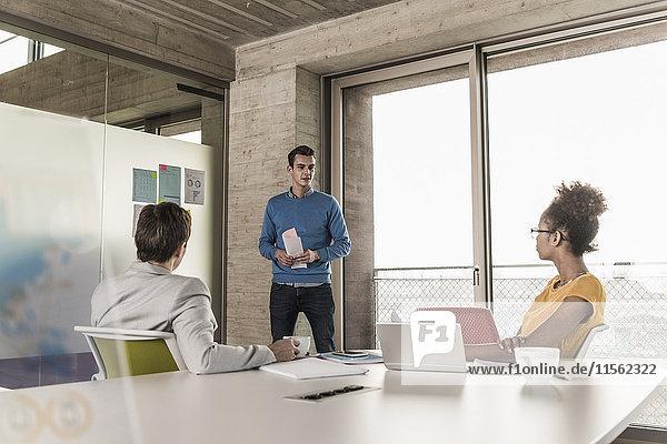 Geschäftsmann  der eine Präsentation im Büro leitet