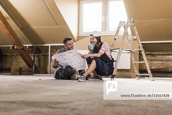 Junges Paar auf der Baustelle des neuen Hauses
