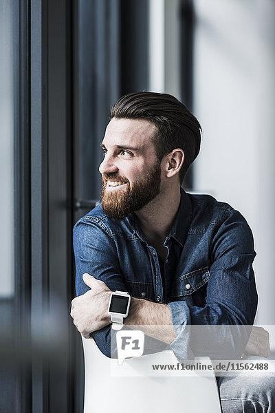 Porträt eines jungen Geschäftsmannes mit schicker Uhr