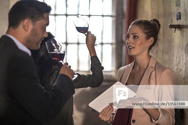 Menschen bei einer Weinprobe im Weingut