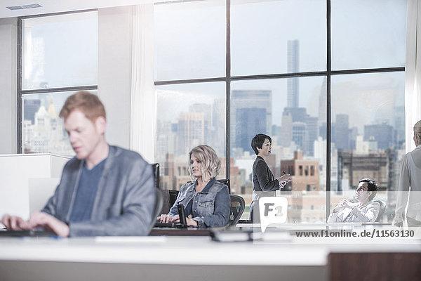 Menschen  die im Stadtbüro arbeiten