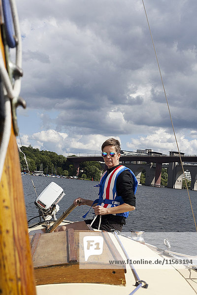 Schweden  Sodermanland  Stockholm  Malaren  Reife Frau an Deck des Bootes