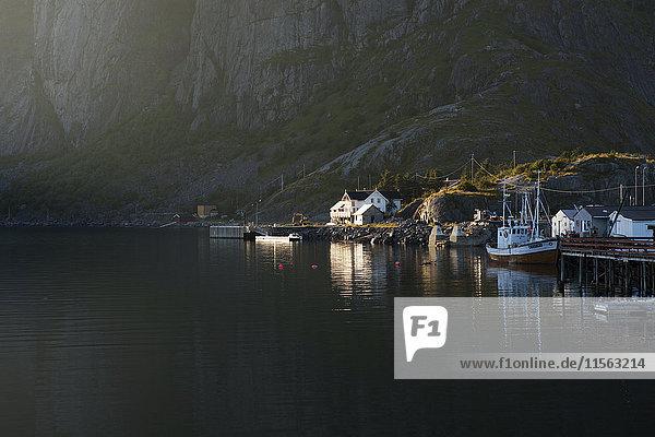 Norwegen  Lofoten  Hamnoya  Fischerdorf im Sonnenlicht