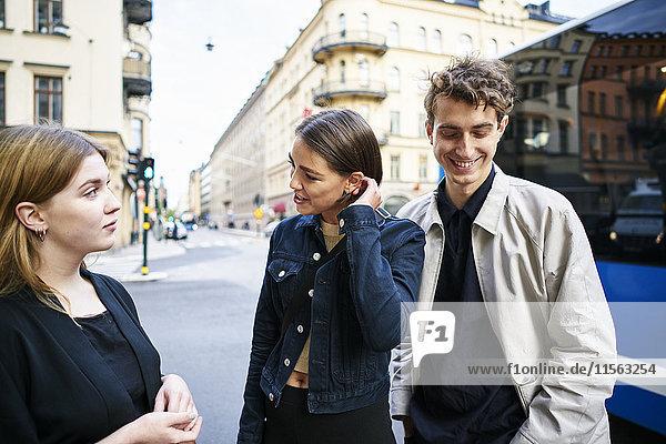 Schweden  Uppland  Stockholm  Kungsholmen  Jugendliche  die auf der Straße stehen und reden