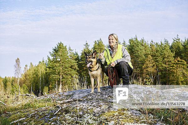 Schweden  Uppland  Rison  Portrait eines Freiwilligen mit Hund bei der Suche nach Vermissten