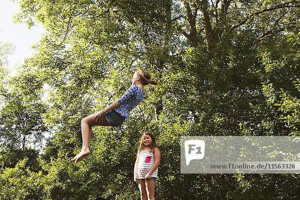 Schweden  Oland  Zwei Mädchen (8-9  10-11) beim Spielen an einem sonnigen Tag