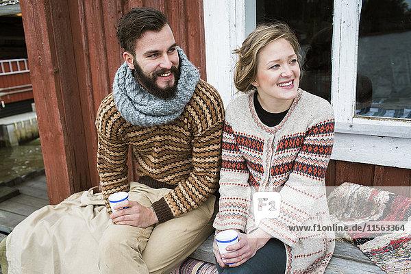 Schweden  Junges Paar auf der Bank sitzend