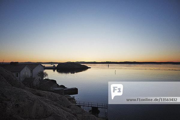 Schweden  Westküste  Lysekil  Landschaft mit Haus und Pier bei Sonnenuntergang