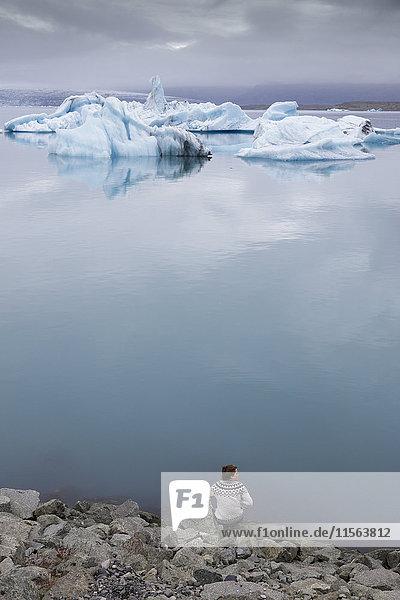 Island  Asturland  Vatnajokull Nationalpark  Wanderer am Ufer des Jokulsarlon Sees