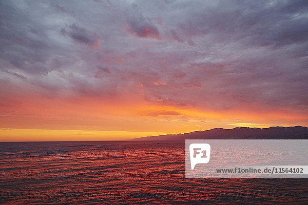 USA  Kalifornien  Los Angeles  Santa Monica  Santa Monica Beach  Seelandschaft bei Sonnenuntergang