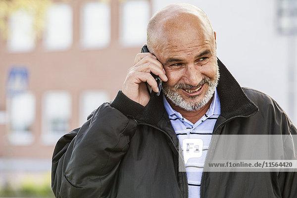 Schweden  Bleking  Solvesborg Bald Mann mit Handy