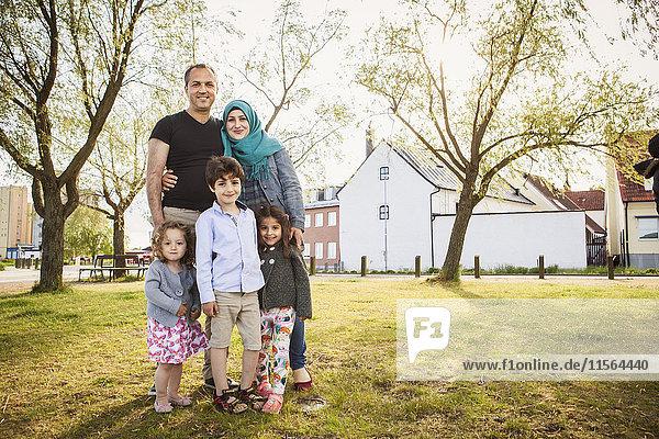 Schweden  Blekinge  Solvesborg  Familie posiert im Park