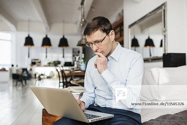 Deutschland  Mann mit Computer und Konzentration