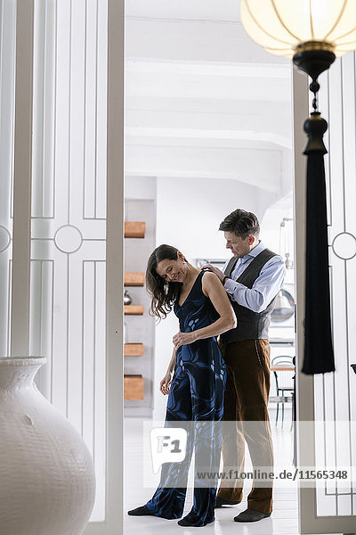 Deutschland  Mann hilft Frau auf Halskette legen