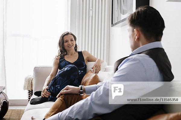 Deutschland  Paar auf Sofa sitzend