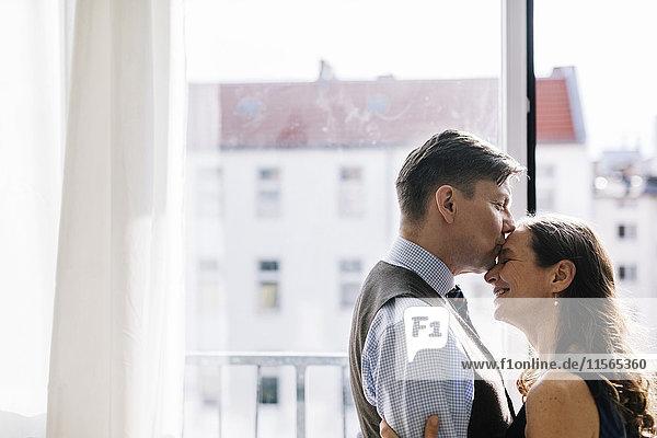 Deutschland  Paarumarmung am Fenster
