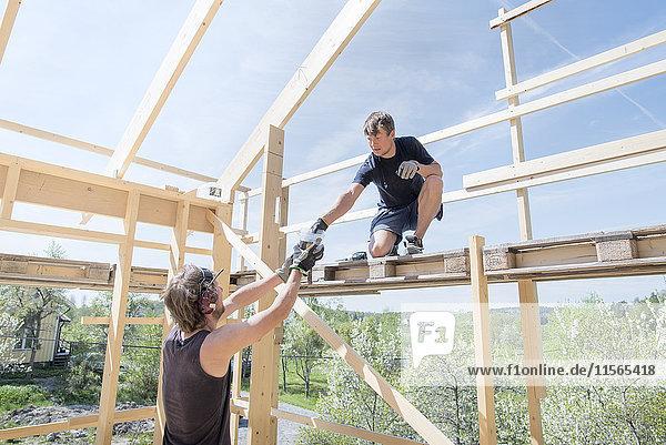 Schweden  Sodermanland  Zimmerleute auf der Baustelle
