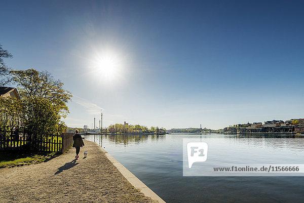 Schweden  Stockholm  Skeppsholmen  Frau mit Hund in Hafennähe