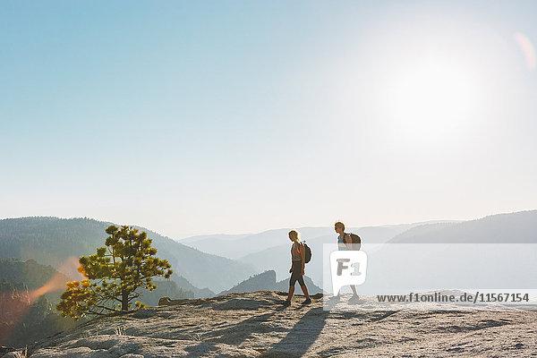 USA  Kalifornien  Yosemite Nationalpark  Mann und Frau am Taft Point