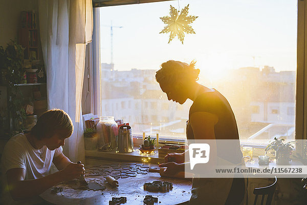 Finnland  Helsinki  Paar beim Zubereiten von Weihnachtsgebäck