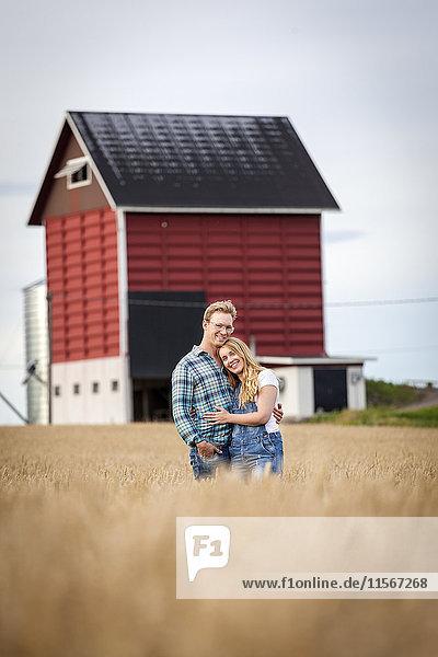Finnland  Uusimaa  Siuntio  Mittleres erwachsenes Paar  das sich im Feld umarmt.