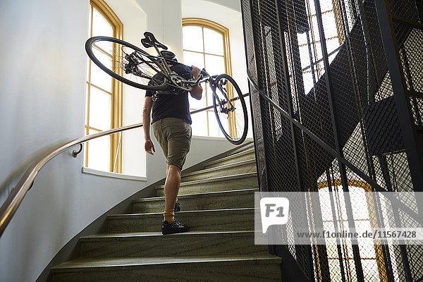 Schweden  Radfahrer mit Fahrrad auf der Treppe