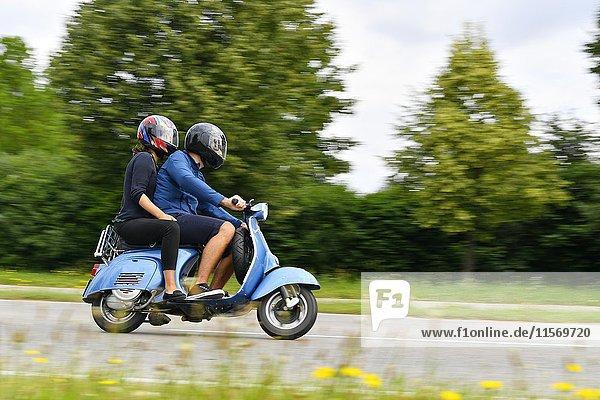 Paar auf Vespa Motorroller  bei Freising  Oberbayern  Bayern  Deutschland  Europa
