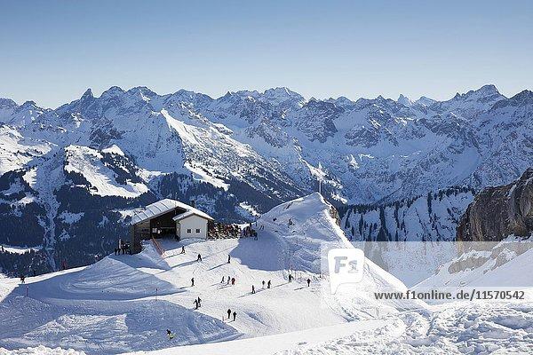Berghütte Hahnenköpfle vor Bergpanorama  Hoher Ifen  Kleinwalsertal  Allgäuer Alpen  Vorarlberg  Österreich  Europa