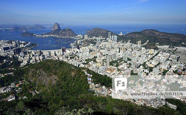 Blick auf die Stadt und Sugar Loaf Mountain  Corcovado  Rio de Janeiro  Brasilien  Südamerika