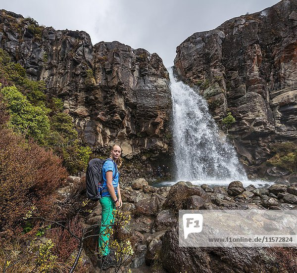 Wanderin an den Taranaki Falls  Wasserfall  Tongariro Nationalpark  Nordinsel  Neuseeland  Ozeanien