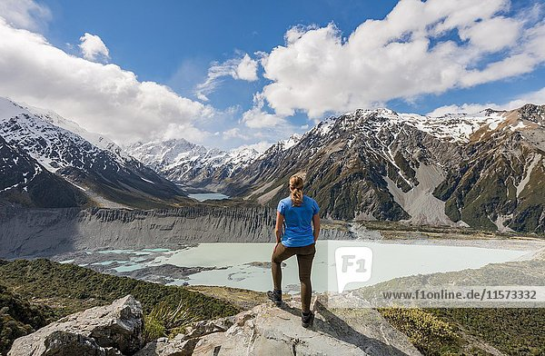 Wanderin steht auf Felsen  Ausblick in das Hooker Valley vom Sealy Tarns Track  Gletscherseen Mueller Lake und Hooker Lake  Mount Cook Nationalpark  Canterbury  Südinsel  Neuseeland  Ozeanien
