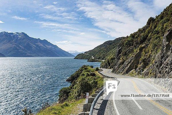 Straße am See Lake Wakatipu  Devils Staircase  Otago  Südinsel  Neuseeland  Ozeanien