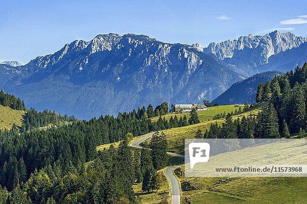 Ausblick über Sudelfeld im Mangfallgebirge  hinten Berg Vordere Kesselschneid  Zahmer Kaiser  rechts Wilder Kaiser  Kaisergebirge  Voralpen  Tirol  Oberbayern  Bayern  Deutschland  Europa