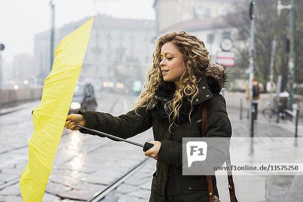 Frau mit Schirm  Mailand  Italien